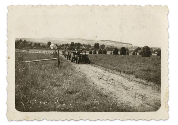 traktor s vleckou na polni ceste historicka fotografie